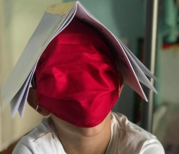 """Γονείς καταγγέλλουν στο Ιnfokids.gr : Mοίρασαν """"μάσκες κουκούλες"""" στα παιδιά μας"""