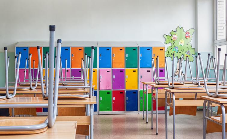 Τι άδεια δικαιούνται οι εργαζόμενοι γονείς αν κλείσει η τάξη ή το σχολείο του παιδιού; Η εργατολόγος απαντά