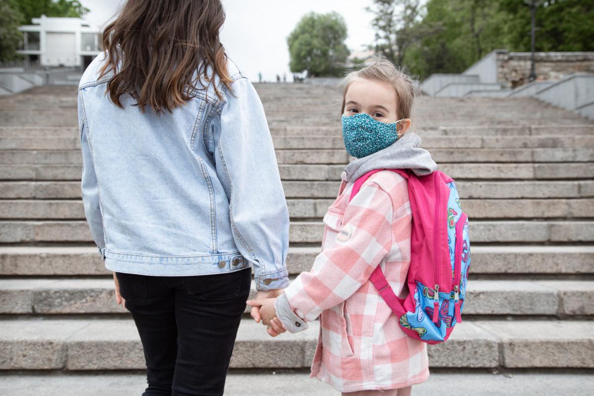 7 τρόποι για να εξοικειωθούν τα παιδιά με την καθημερινή χρήση μάσκας