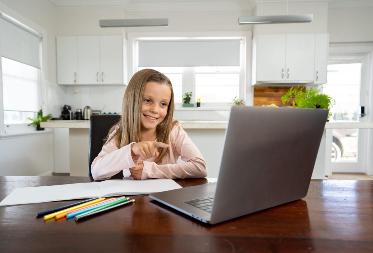 Το παιδί σου ξεκινά εξ αποστάσεως μαθήματα; Αυτά είναι όσα πρέπει να ξέρεις για να το βοηθήσεις