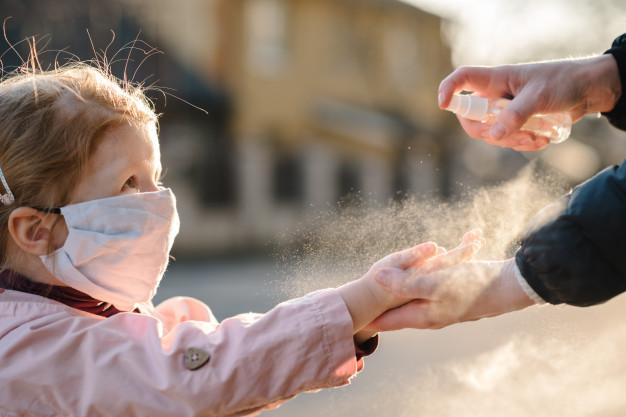Μήπως το έχουμε παρακάνει με τη χρήση του αντισηπτικού στο παιδικό δέρμα; Η παιδο-δερματολόγος απαντά