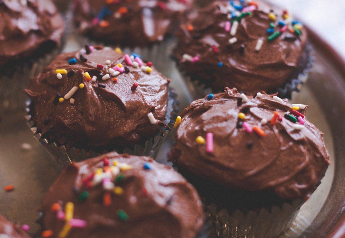 Η πιο εύκολη συνταγή για σοκολατένια cupcakes που θα λατρέψουν τα παιδιά