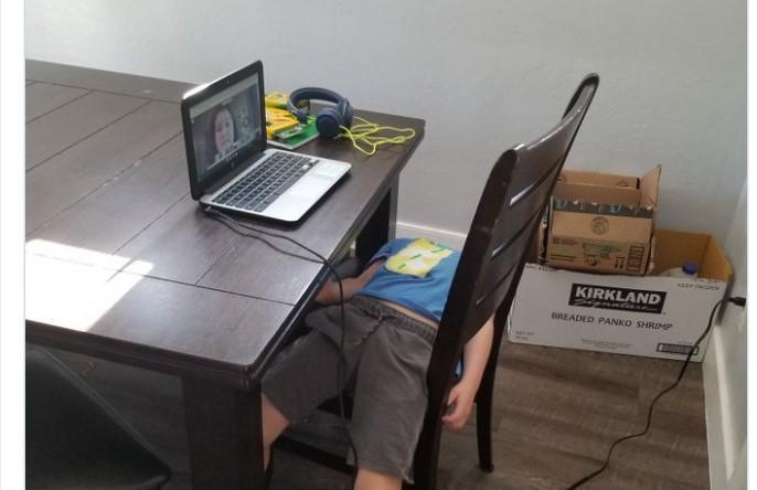 Οι πιο ξεκαρδιστικές φωτογραφίες παιδιών που κάνουν μάθημα μέσω τηλεκπαίδευσης