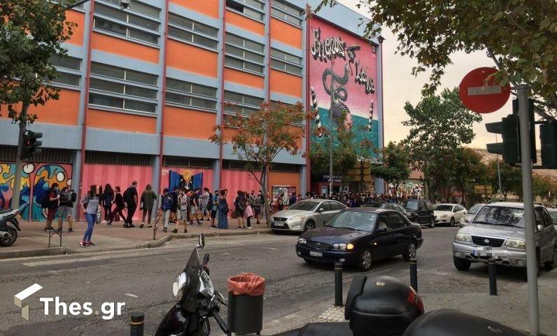 Χαμός σε κατάληψη στη Θεσσαλονίκη – Έξαλλος γονέας έσπασε την πόρτα του σχολείου, τραυματίζοντας μαθητές