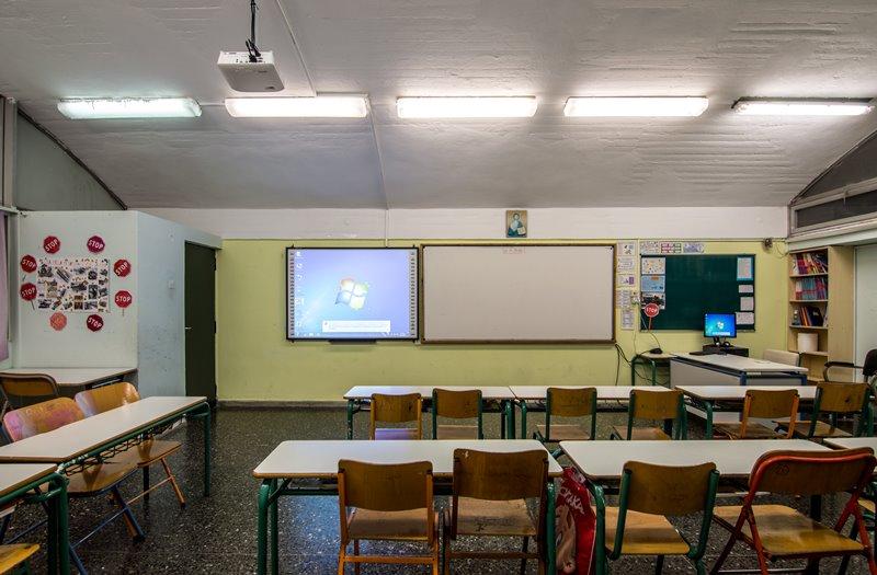 Τα σχολεία εξοπλίζονται με διαδραστικούς πίνακες, βιντεοπροβολείς και εξοπλισμό ρομποτικής