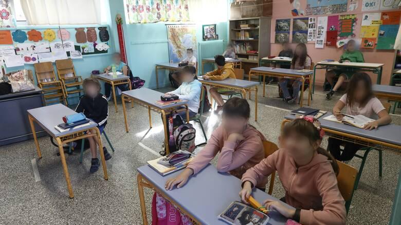 """Αυξάνονται τα """"λουκέτα"""" λόγω κορωνοϊού – Η λίστα με τα 323 σχολεία και τάξεις που είναι κλειστά"""