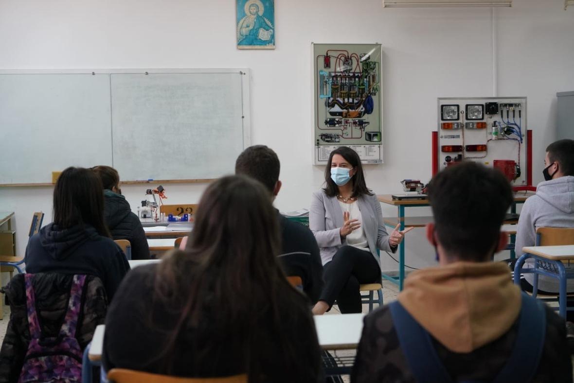 «Καταλυτικής σημασίας η σύνδεση της Επαγγελματικής Εκπαίδευσης με την αγορά εργασίας» – Επίσκεψη Κεραμέως στο ΕΠΑΛ Θήβας