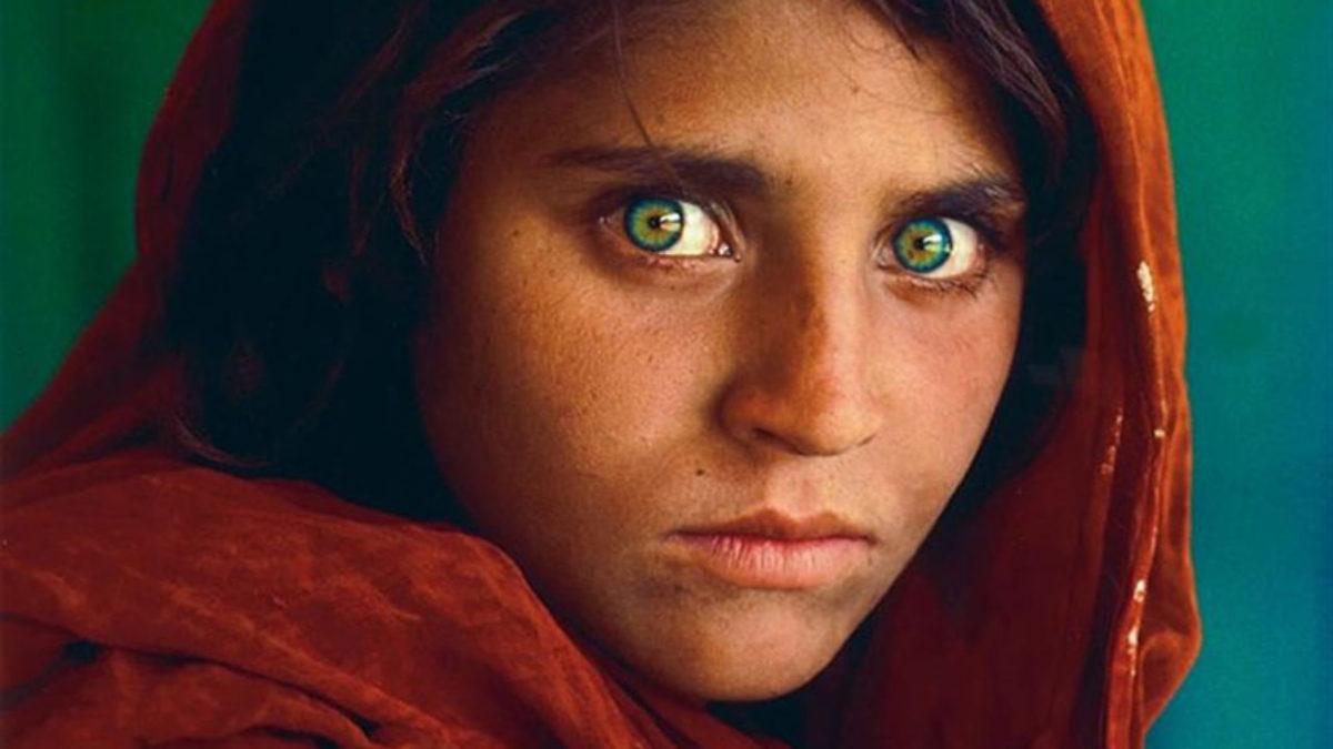«Αfghan Girl»: Τι απέγινε το κορίτσι με το έντονο βλέμμα που έμεινε στην ιστορία του National Geographic
