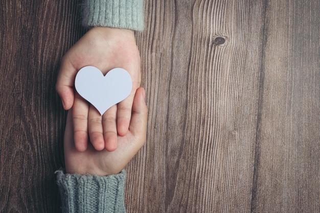 """""""Δώσε από την καρδιά σου και με την καρδιά σου"""": Γράφει ο συγγραφέας και ηθοποιός Κώστας Κρομμύδας"""