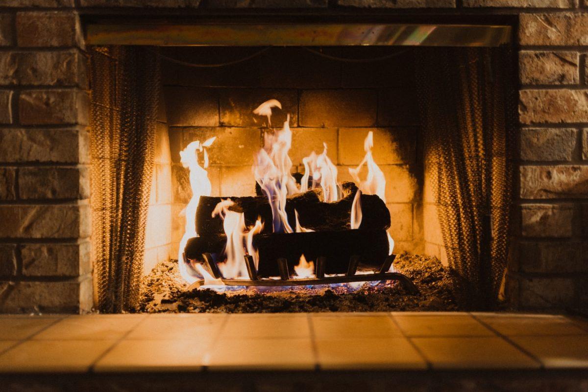 Κορωνοϊός: Γιατί οι ειδικοί καλούν να μην κάψουμε ξύλα στο τζάκι τον φετινό χειμώνα;