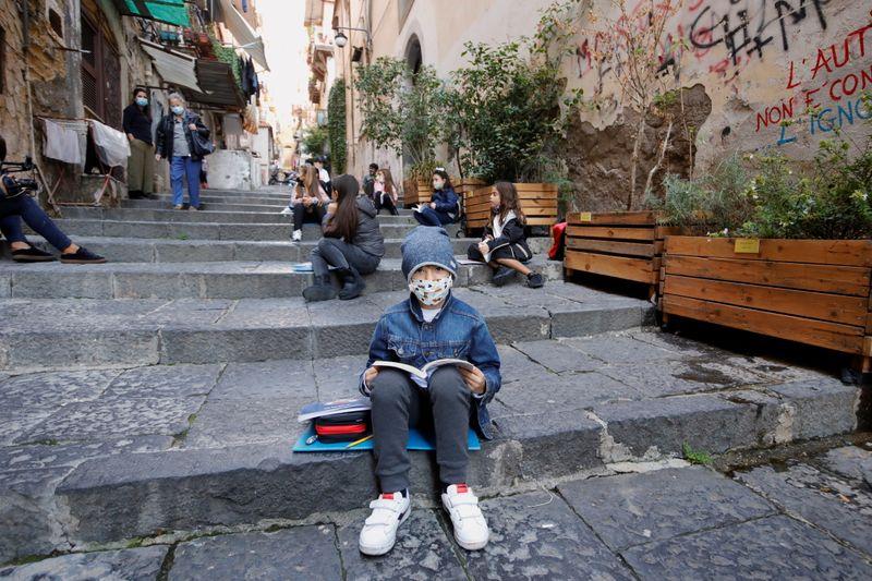 Νάπολη: Οι δάσκαλοι μεταφέρουν τα τμήματα που κλείνουν λόγω Covid-19 σε δρόμους και μπαλκόνια!