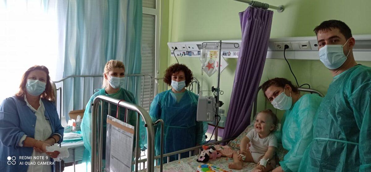 Η 17 μηνών Άννα – Ιωάννα που πάσχει από νωτιαία μυϊκή ατροφία, έλαβε τη γονιδιακή θεραπεία