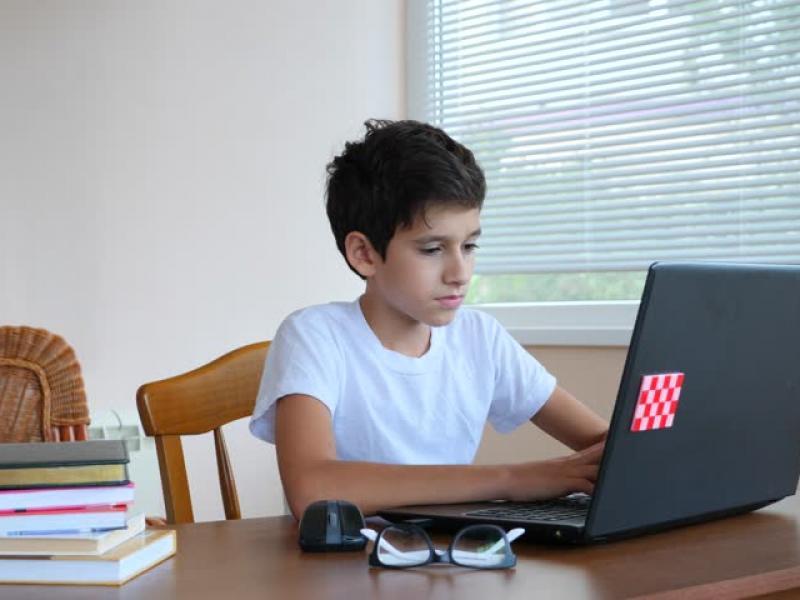 Ξεκινά την Δευτέρα 9/11 η τηλεκπαίδευση για Γυμνάσια και Λύκεια – Πώς θα δοθούν τα tablets στους μαθητές – Η εγκύκλιος