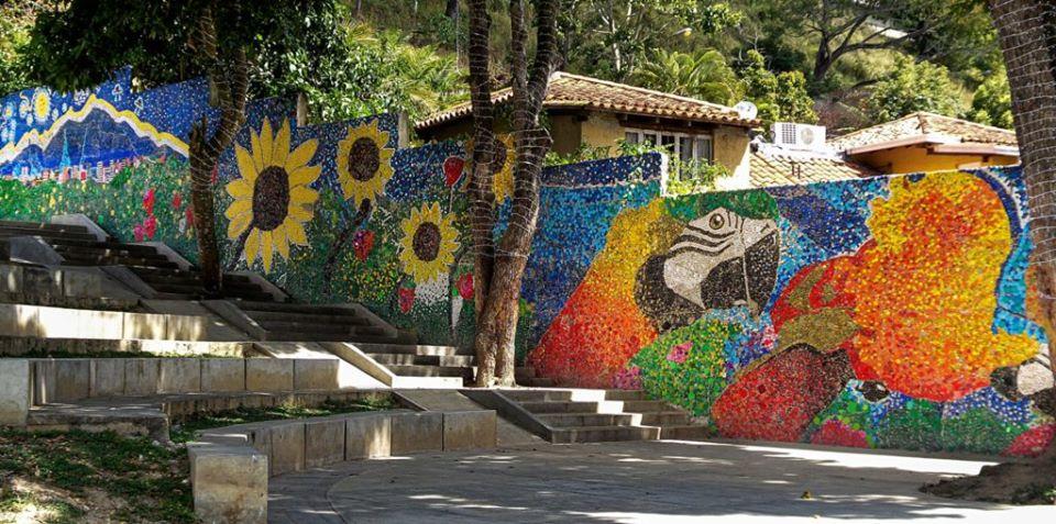 Απίστευτο! Δείτε αυτόν τον υπέροχο οικολογικό τοίχο από εκατομμύρια πολύχρωμα πλαστικά καπάκια!