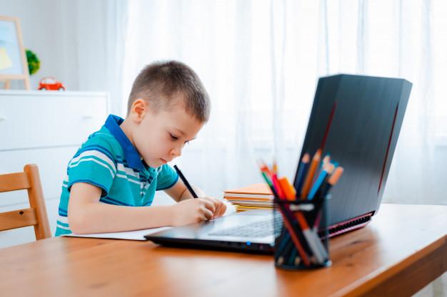 Υπ. Παιδείας: 91.613 tablets και laptops θα μοιραστούν στους μαθητές