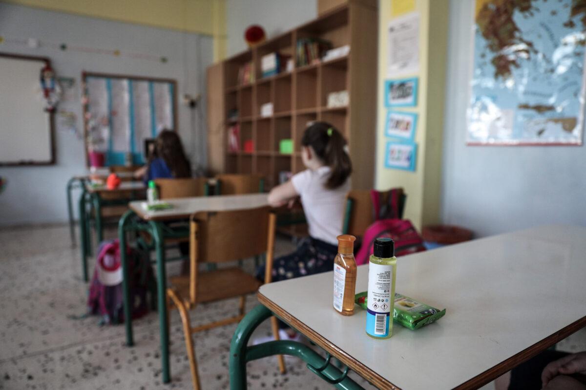 """Αλαλούμ με το κλείσιμο ή όχι των σχολείων: Σε """"αναμμένα κάρβουνα"""" οι γονείς αναμένουν τις αποφάσεις"""