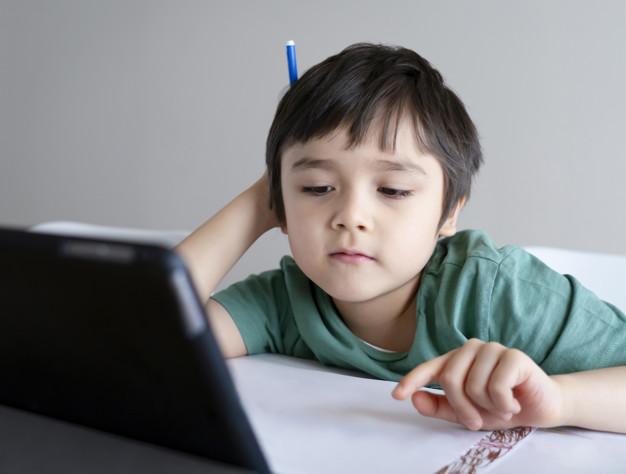 """""""Ενός λεπτού σιγή για τις ψηφιακές τάξεις που τα μικρόφωνα των μαθητών είναι κλειστά. Ένα σχολείο που μιλά, γιατί φοβάται να ακούσει """""""