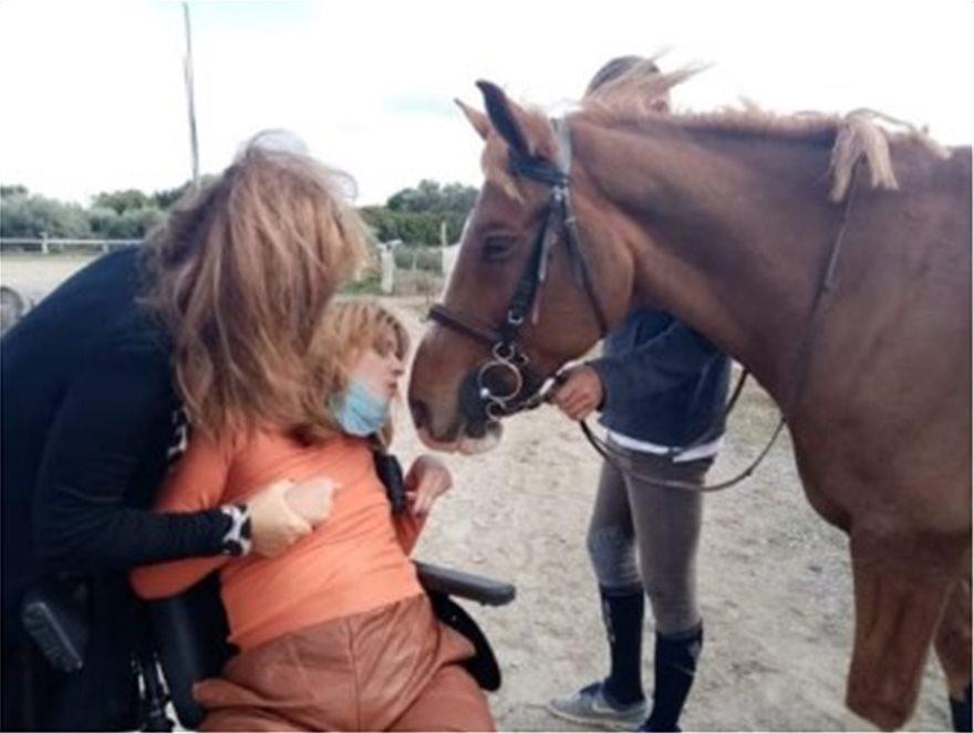 Η Μυρτώ της Πάρου προσπαθεί να κάνει ιππασία για πρώτη φορά