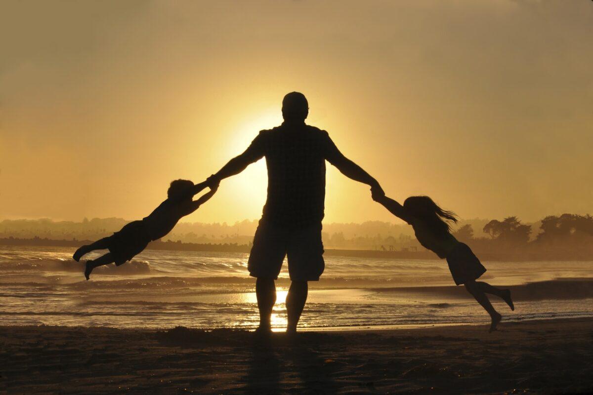 """Ο Δημήτρης Καρακούσης μας μιλά για τους """"Μπαμπάδες του Σαββατοκύριακου"""" που κάθε χωρισμένος μπαμπάς αξίζει να διαβάσει"""