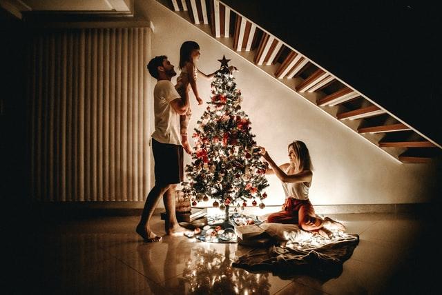 """""""Φέτος, στόλισε τα Χριστούγεννα μόνο με αγάπη…"""" – Γράφει ο συγγραφέας και ηθοποιός Κώστας Κρομμύδας"""