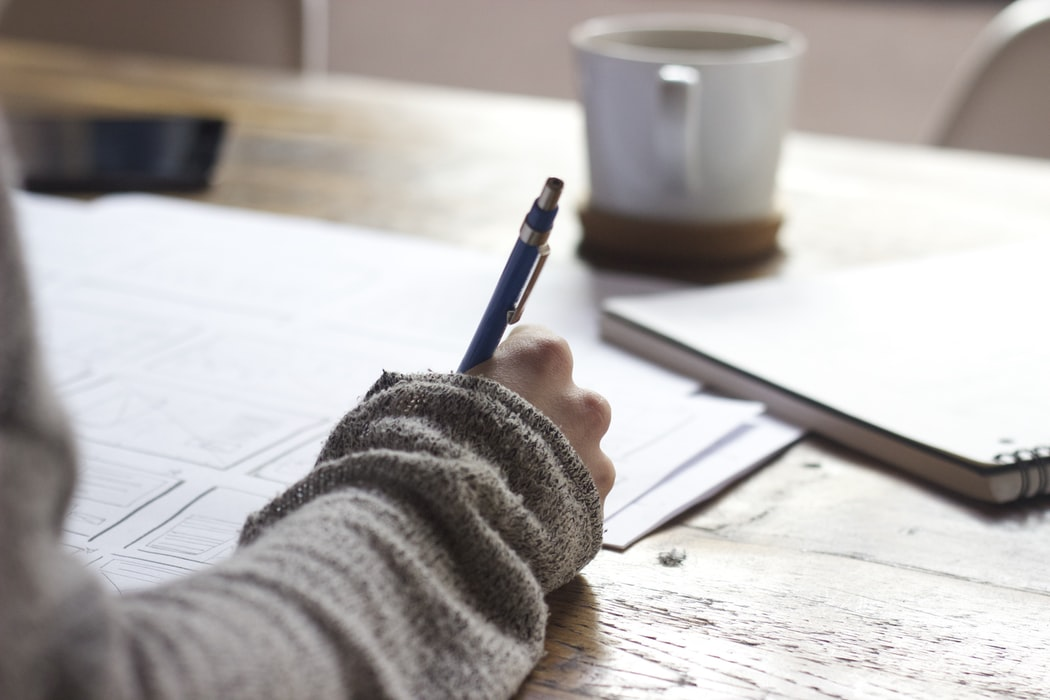 Όταν η σκέψη συναντάει το χαρτί… (ή την οθόνη του υπολογιστή σας) – Γράφει ο συγγραφέας και ηθοποιός Κώστας Κρομμύδας