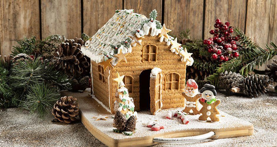 Ο Άκης Πετρετζίκης μάς δείχνει πώς να φτιάξουμε ένα χριστουγεννιάτικο gingerbread σπιτάκι