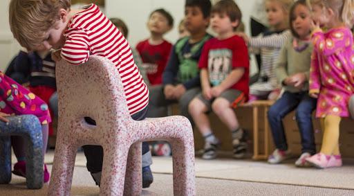 Πλαστικά παιχνίδια μεταμορφώνονται σε πολύχρωμα παιδικά έπιπλα