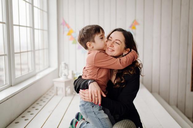 Μη θεωρείτε τα παιδιά σας δεδομένα. Φιλήστε τα, αγκαλιάστε τα και μη σκέφτεστε ότι θα τα κακομάθετε