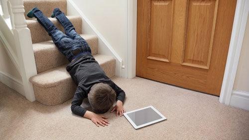 Γονείς, προσοχή! Το 80% των σοβαρών παιδικών ατυχημάτων συμβαίνουν μέσα στο σπίτι