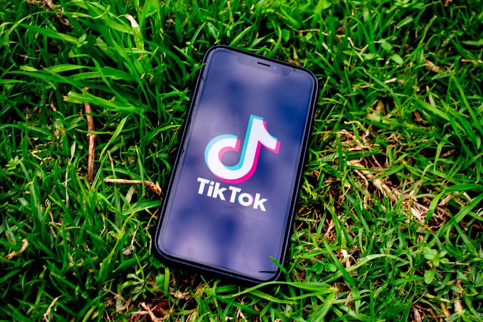 """Το Tik Tok θα """"κλειδώσει"""" όλους τους λογαριασμούς παιδιών κάτω των 16 ετών"""