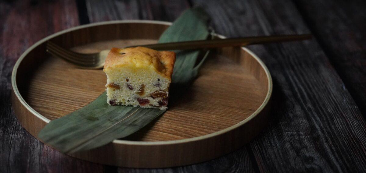 Νηστίσιμο κέικ με ταχίνι, σταφίδες και πορτοκάλι