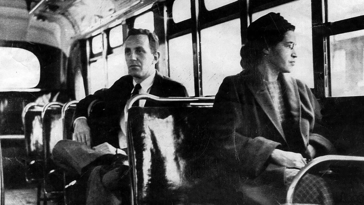 Ρόζα Παρκς: Η Αφροαμερικανή – σύμβολο που αρνήθηκε να σηκωθεί στο λεωφορείο για να καθίσει λευκός (εικόνες+video)