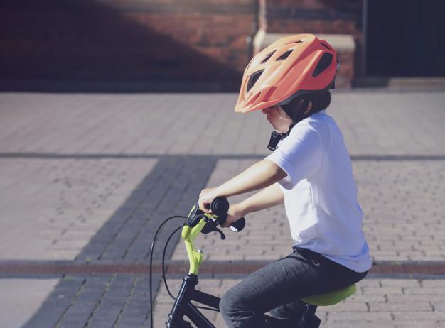 Υποχρεωτικό το κράνος για όλα τα παιδιά ποδηλάτες – Ανακοινώθηκε το Εθνικό Σχέδιο Δράσης για την Οδική Ασφάλεια
