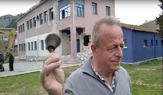 O ηρωικός διευθυντής του Δημοτικού στο Δαμάσι χτυπά το κουδούνι για τελευταία φορά πριν γκρεμιστεί (video)