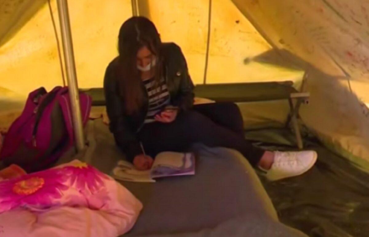 Σεισμός στην Ελασσόνα: Η 15χρονη Ειρήνη κάνει τηλεκπαίδευση μέσα σε μια σκηνή, σε ένα ράντζο που έγινε θρανίο