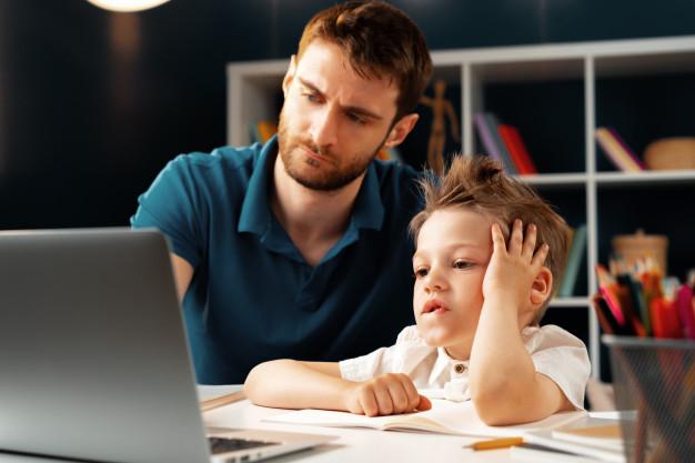 """Ένα """"μπράβο"""" στους γονείς που βοηθούν τα παιδιά με την τηλεκπαίδευση και έκαναν το σπίτι, σχολείο"""