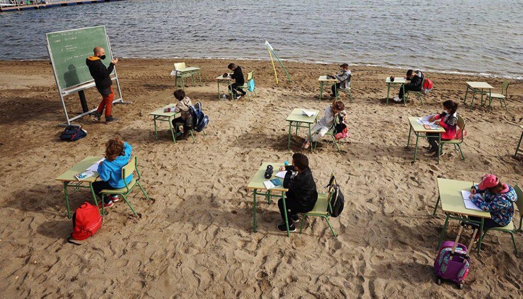 Το σχολείο βγήκε στην παραλία και το μάθημα γίνεται στον καθαρό αέρα
