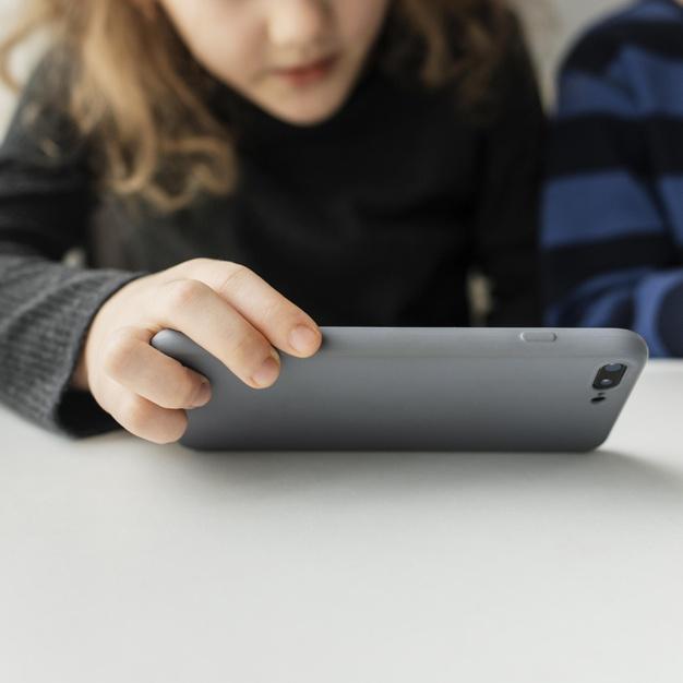 """Καταγγελία: """"Μαθητές παρακολουθούν τηλεκπαίδευση μέσω κινητού και χρεώθηκαν υπέρογκα οι γονείς"""""""