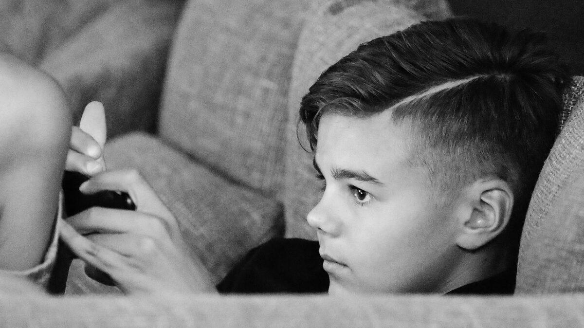 «Κινητό στο γυμνάσιο; Αμ δε – Στην Πέμπτη δημοτικού απέκτησε το πρώτο του κινητό και ξεκίνησαν τα βάσανα»