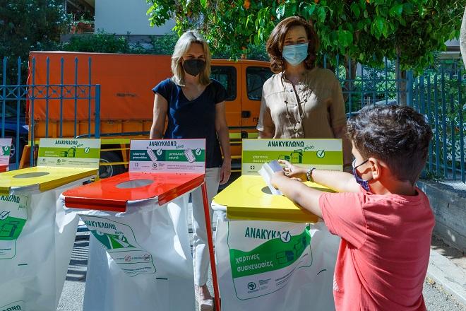 Παράδοση κάδων εσωτερικής ανακύκλωσης σε νηπιαγωγεία του Δ. Παπάγου Χολαργού