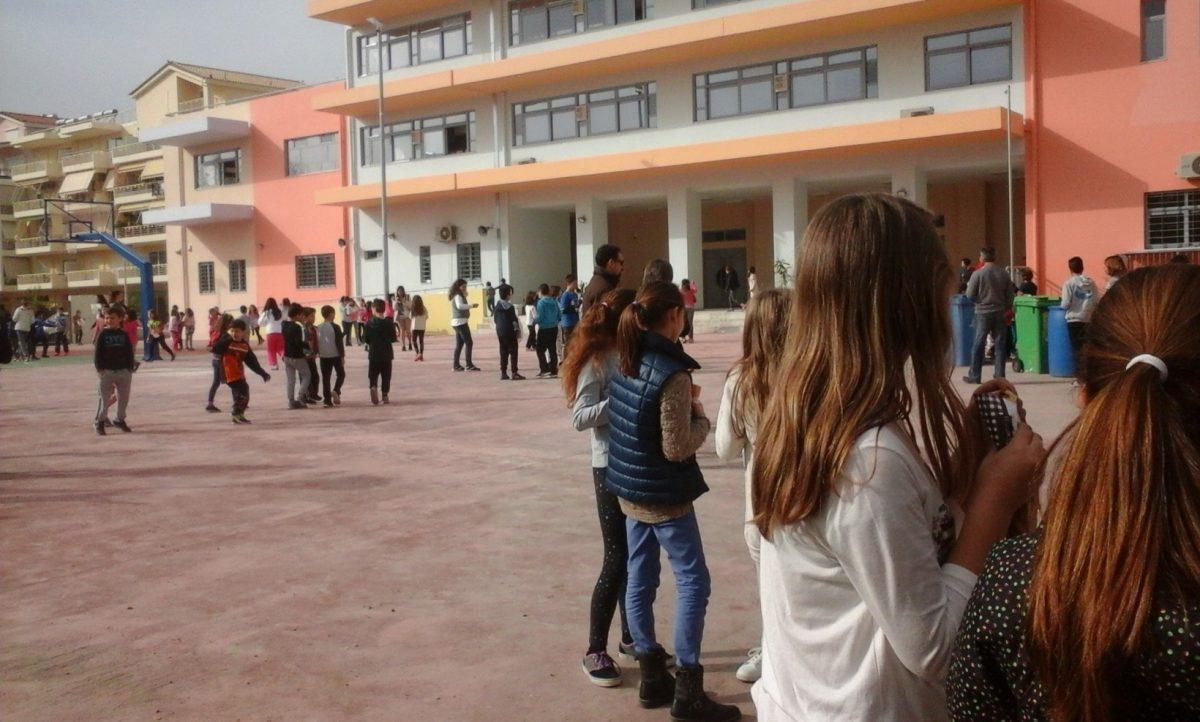 Πανικός σε σχολείο της Εύβοιας – Εξωσχολικός μπούκαρε στο προαύλιο και επιτέθηκε σε δασκάλους