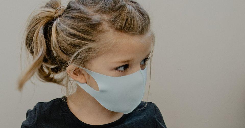 Οι γιατροί προειδοποιούν: Γονείς, τα παιδιά πρέπει να συνεχίσουν να φορούν μάσκες!