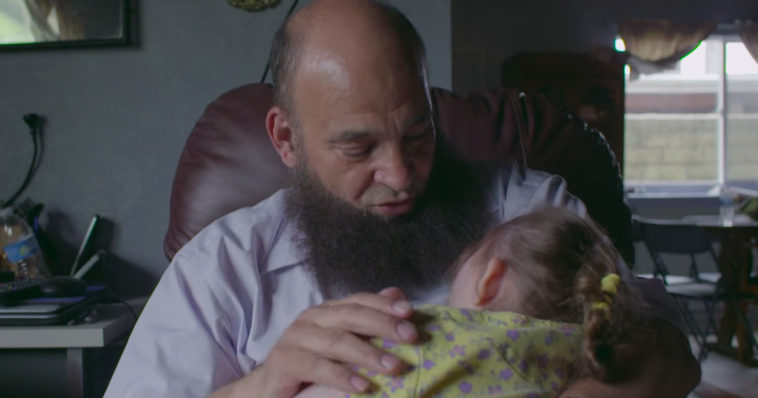 Ένας υπέροχος άνθρωπος: Υιοθετεί καρκινοπαθή παιδιά που εγκαταλείπουν οι γονείς στα νοσοκομεία