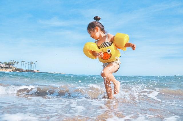 Γονείς προσοχή: Το σωστό χρώμα στo μαγιό του παιδιού μπορεί να το σώσει από πνιγμό!