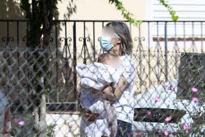 Γλυκά Νερά: Το παρασκήνιο πίσω από τη φωτογραφία με τη γιαγιά που απομακρύνει το μωρό από το σπίτι