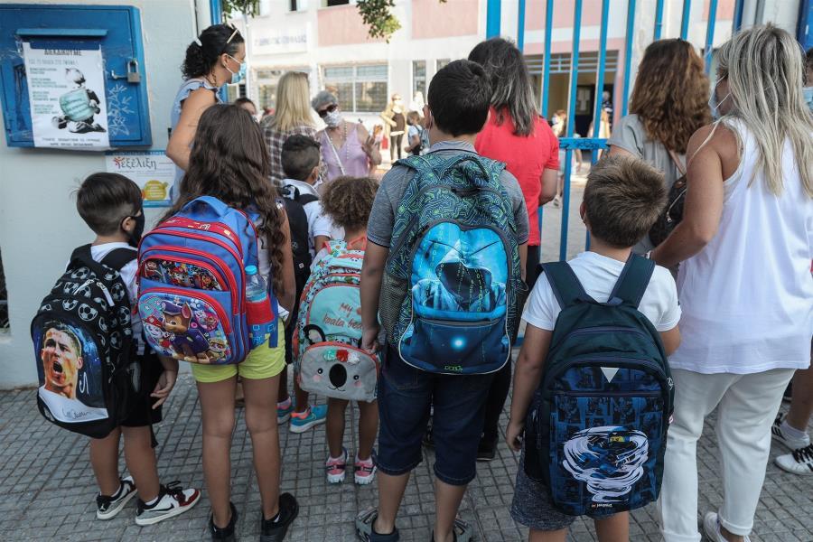 Στον εισαγγελέα αρνητές κορωνοϊού που προέτρεπαν γονείς να στέλνουν τα παιδιά στο σχολείο χωρίς μάσκα