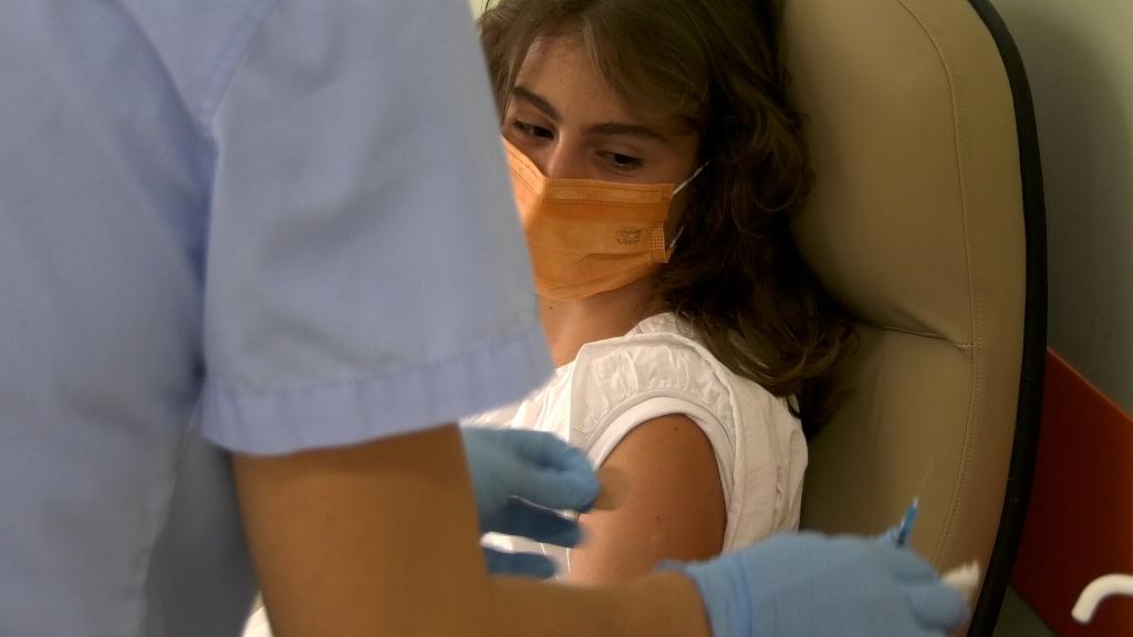 Το μήνυμα της 15χρονης Άρτεμις που εμβολιάστηκε πρώτη για τον κορωνοϊό