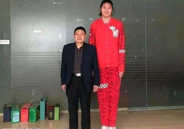 H 14χρονη Κινέζα μπασκετμπολίστρια ύψους 2,27 κλέβει τις εντυπώσεις στα παρκέ (video)