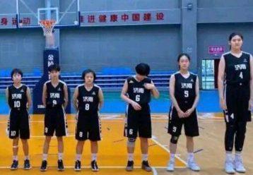 H 14χρονη Κινέζα μπασκετμπολίστρια ύψους 2,27 κλέβει τις εντυπώεις στα παρκέ (video)