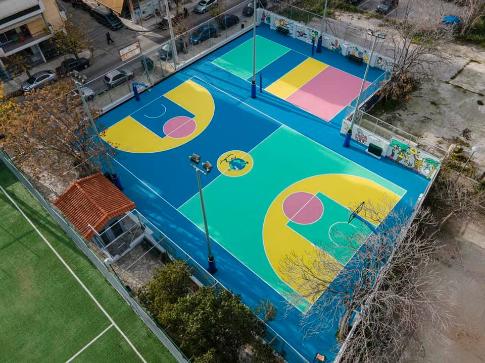 Σε αυτή τη γειτονιά της Αθήνας τα παιδιά παίζουν και αθλούνται σε χώρους γεμάτους χρώμα